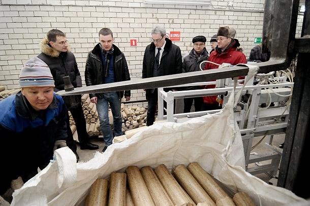 Рабочие по производству топливных брикетов