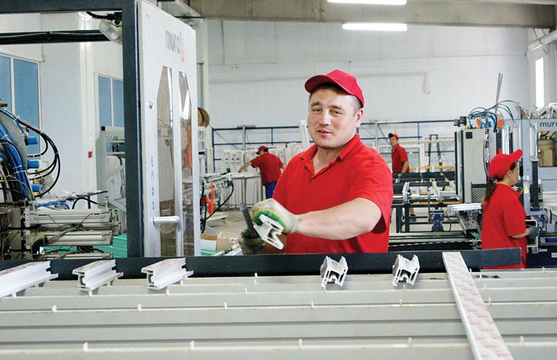 Рабочии производства пластиковых окон