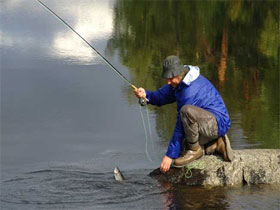 Ловля на резиновые приманки на реке с берега, фото