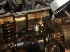 Осмотр цилиндров и клапанов автомобиля, фото