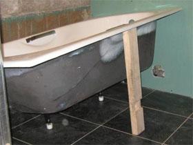 Поэтапные действия установки чугунной ванны, фото