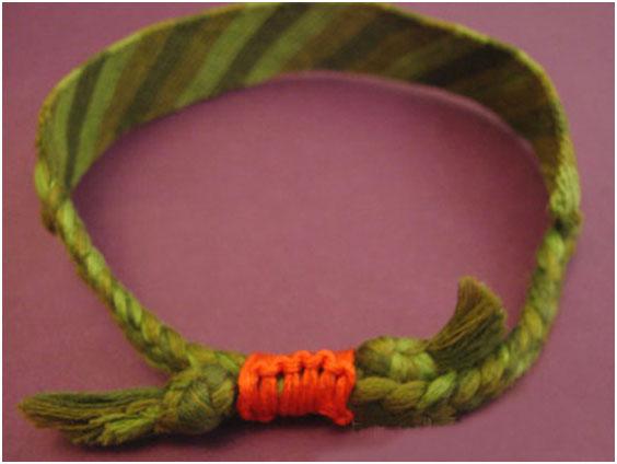 При плетении фенечек из мулине