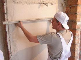 Выравнивание стен штукатуркой и установка маячков, фото