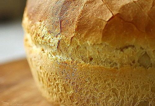 Вкусный и свежий хлеб, приготовленный в хлебопечке