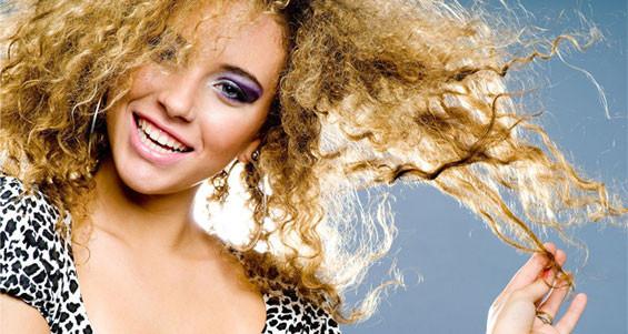 Красивая биозавивка волос у девушки