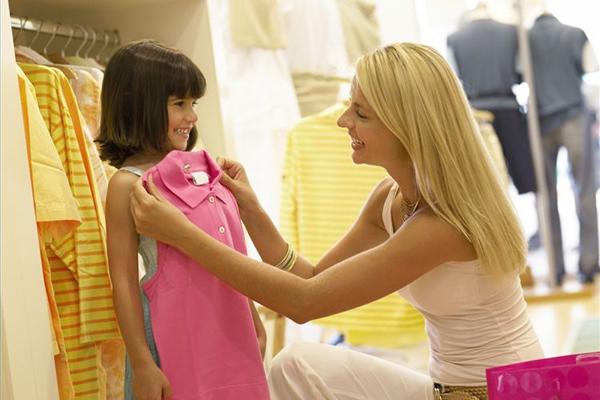 Персонал магазина детской одежды