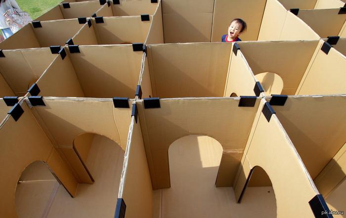 Ребенок в лабиринте из картонных коробок