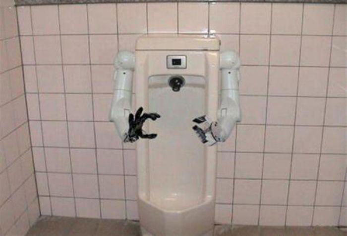Робот SpinX будет чистить унитазы вместо людей