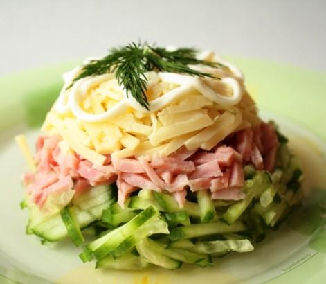 Сырный салат с ветчиной и огурцом