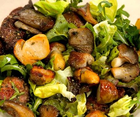 Теплый салат с кроликом и грибами