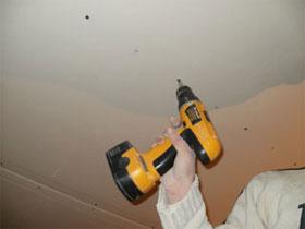 Крепим листы гипсокартона к каркасу потолка самостоятельно, фото