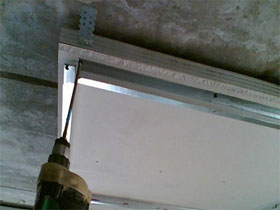 Процесс монтажа одноуровнего потолка из гипсокартона, фото