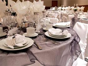 Сервировка тарелок на столе, фото