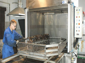 Струйная промывка деталей двигателя, фото